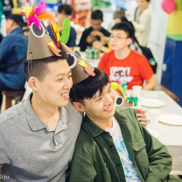 Ma Xiao (left) and Xiong Lei (right) wearing turkey hats