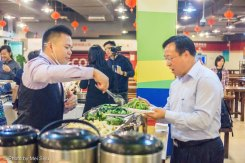 Chancellor Wu Yundong being served by University Cafe Manager Huang Qimin